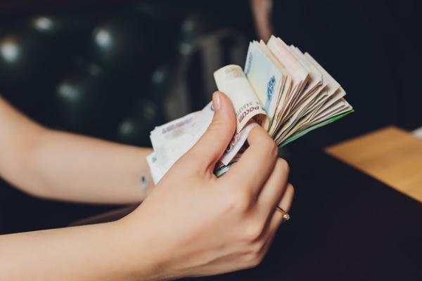 С 1 октября у некоторых категорий бюджетников вырастет зарплата