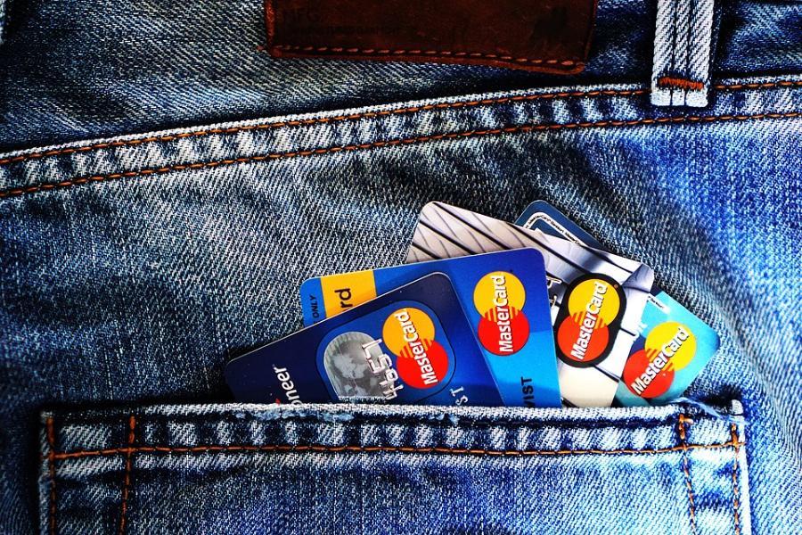 Тамбовчане стали чаще расплачиваться картами за товары и услуги