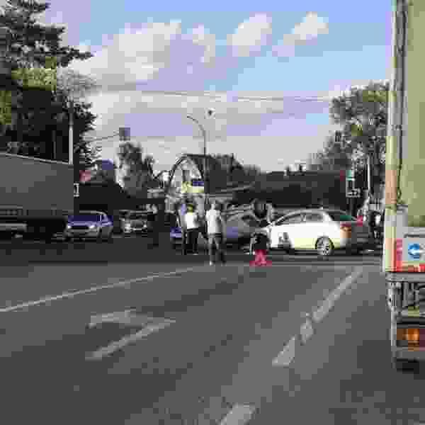 В ДТП у Лермонтовского моста перевернулось такси, пострадала беременная