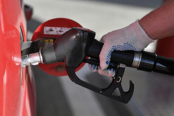 В России впервые за год подешевел бензин