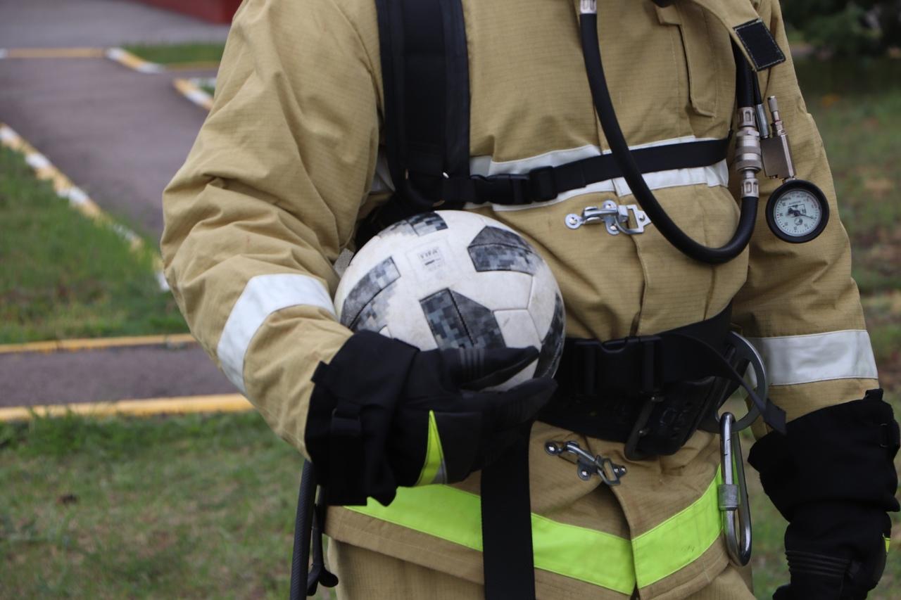 В Тамбове пожарные сыграли в мини-футбол в противогазах