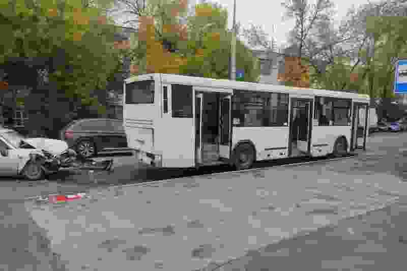 В Тамбове «Приора» протаранила стоящий на остановке автобус