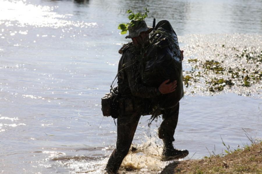 В Тамбовской области спецназовцы на подручных средствах переправились через реку ночью