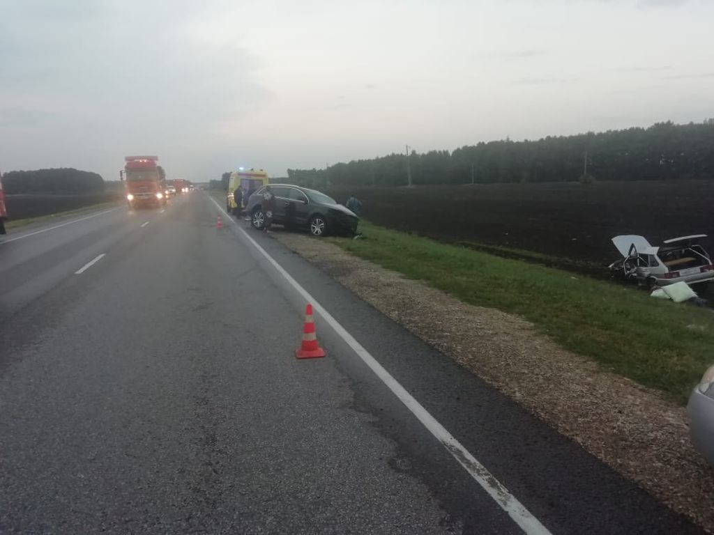 В Тамбовской области столкнулись три автомобиля и автобус: восемь пострадавших