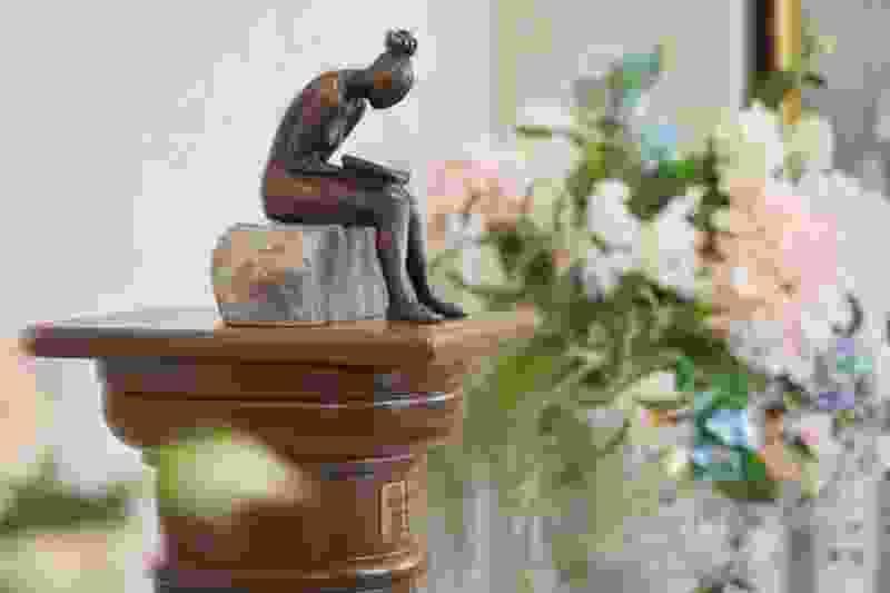 В ТГУ имени Державина появилась мини-скульптура «Девушка с книгой»