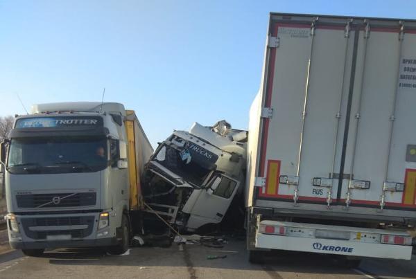 Водителя, спровоцировавшего крупную аварию с участием автопоезда и грузовиков, будут судить