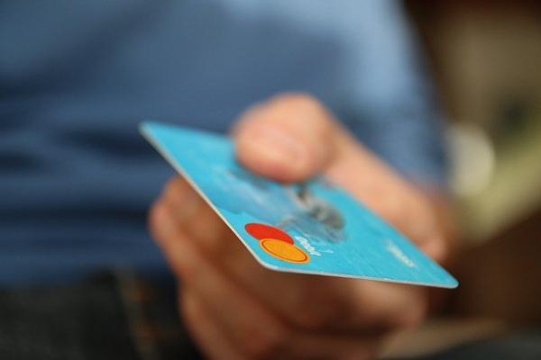 Житель Рассказово расплачивался в магазинах чужими банковскими картами