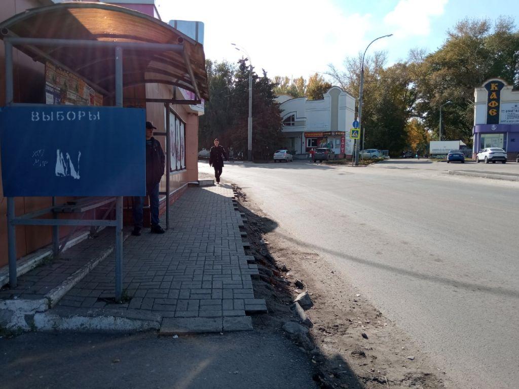 Жители Тамбова продолжают терпеть неудобства из-за затянувшегося ремонта дороги, тротуаров и канализации на улице Гастелло