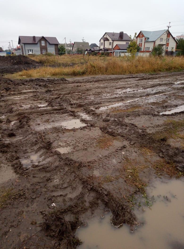 Жители улицы Шатрова в микрорайоне Северный утопают в грязи