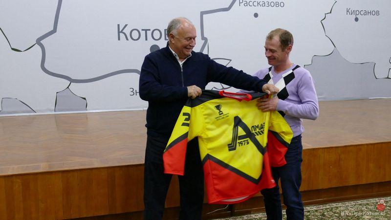 Глава Котовска вручил игровую форму хоккеистам