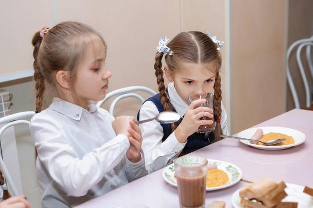 Роспотребнадзор предложил исключить из школьного меню манную кашу и вафли