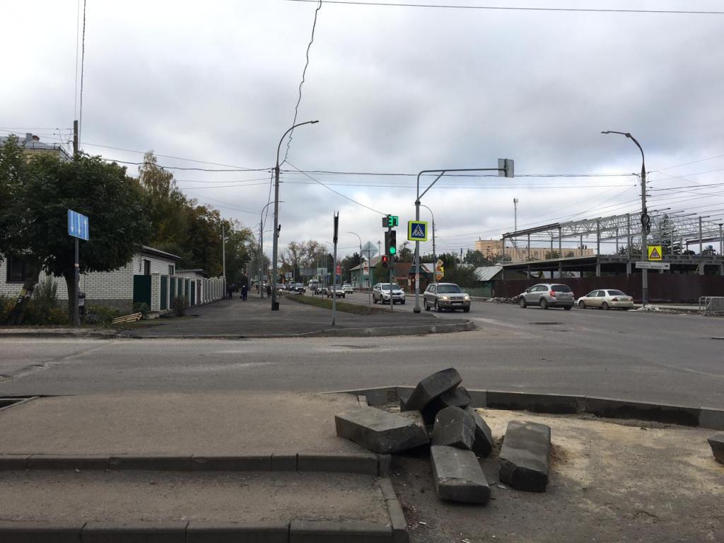 Тамбовчане продолжают испытывать неудобства из-за затянувшегося ремонта коллектора и дорог на Гастелло