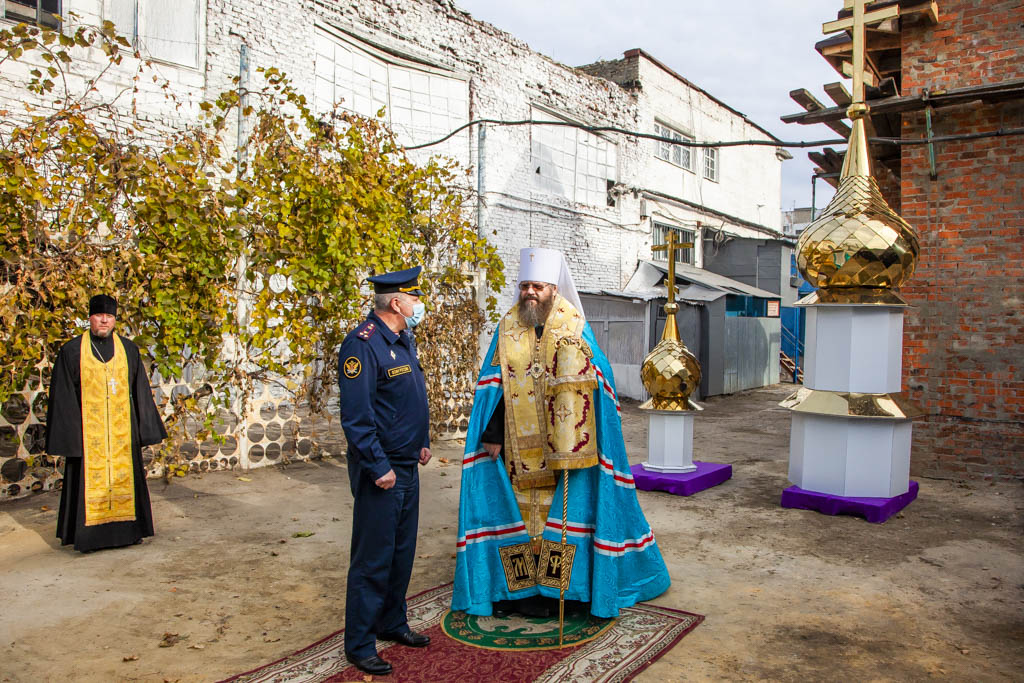 В исправительной колонии №1 освятили крест и купол строящейся церкви