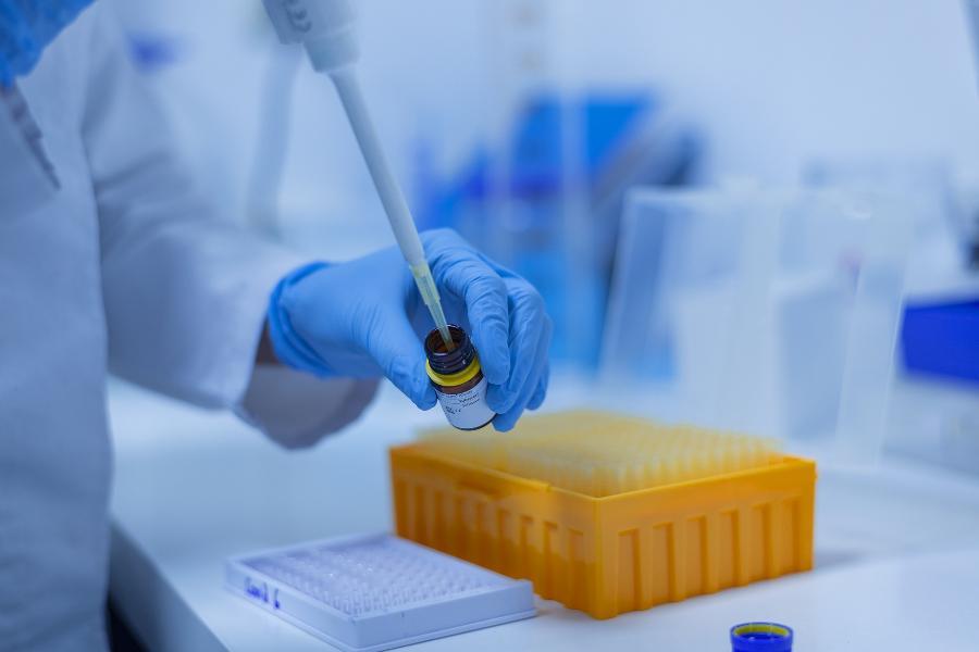 В России разрешили клинические исследования назальной вакцины от коронавируса