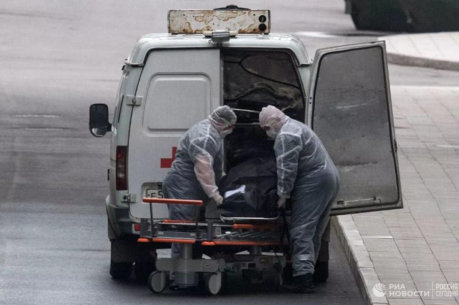 В России впервые зарегистрировали более 900 смертей от коронавируса за сутки